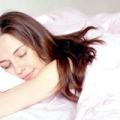 Чи можна спати на животі на ранньому терміні вагітності?