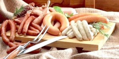 Чи можна мамі, що годує сосиски і ковбасу?